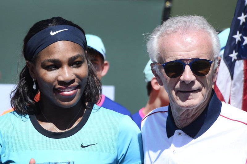 Serena Williams (E) ao lado de Raymond Moore • epa05223573 US tennis player Serena Williams (L) stands with Raymond Moore, Indian Wells CEO during trophy ceremony following the final match against Belarus player Victoria Azarenka at the BNP Paribas Open tennis tournament in Indian Wells, California, USA, 20 March 2016. Azarenka won the match 6-4,6-4.  • EPA/PAUL BUCK