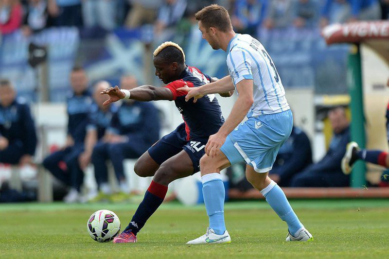 Paul Jose, do Cagliari, disputa a bola com  Stefan De Vrij, da Lazio • epa04692072 Cagliari's Paul Jose Mpoku (L) and Lazio's Stefan De Vrij in action during the Italian Serie A soccer match Cagliari Calcio vs SS Lazio at Sant'Elia stadium in Cagliari, Sardinia island, Italy, 04 April 2015.  • EPA/ROBERTO TRONCI