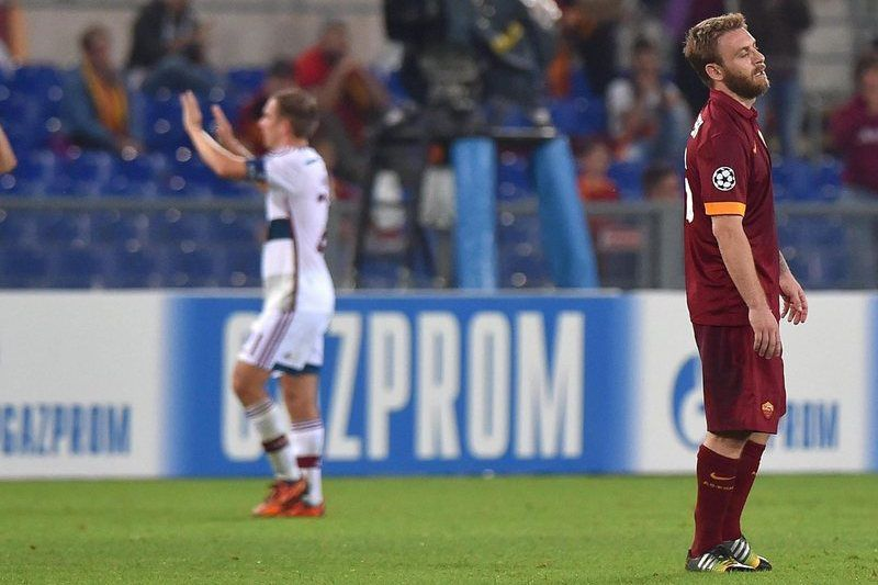 Daniele De Rossi reage à goleada alemã • AS Roma's Daniele De Rossi (R) reacts after the UEFA Champions League group E soccer match between AS Rome and FC Bayern Munich at the Olimpico stadium in Rome, Italy, 21 October 2014. AS Roma lost the match 1-7.  • EPA/ETTORE FERRARI