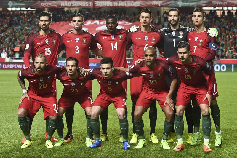 seleção nacional  • Portugal's defender Jose Fonte; Portugal's goalkeeper Rui Patricio; Portugal's forward Cristiano Ronaldo; Portugal's forward Ricardo Quaresma; Portugal's defender Cedric Soares; Portugal's defender Raphael Guerreiro; Portugal's midfielder Joao Mario; Portugal's forward Andre Silva) pose for a family photo before the during the WC 2018 group B football qualifing match Portugal vs Hungary at the Luz stadium in Lisbon on March 25, 2017. / AFP PHOTO / PATRICIA DE MELO MOREIRA • AFP or licensors