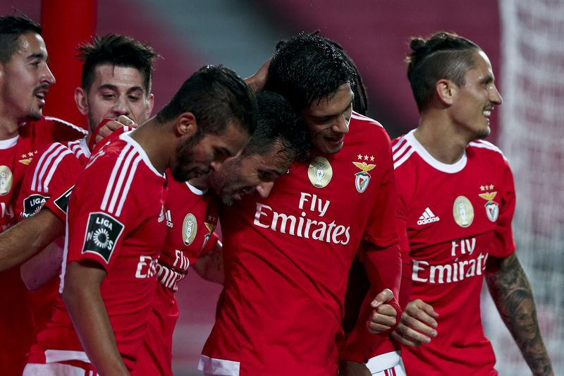 Benfica vs Marítimo • Benfica player's celebrate after scoring a goal against Marítimo, during their Portuguese First League soccer match held at Luz Stadium, Lisbon, Portugal, 06 January 2016. MANUEL DE ALMEIDA / LUSA • Lusa