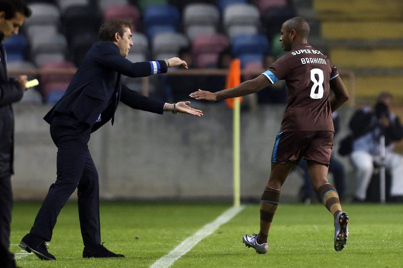 Brahimi cumprimenta Lopetegui • epa05046425 FC Porto's Yacine Brahimi from Algeria (R) celebrates with his head-coach Julen Lopetegui after scoring a goal against Tondela during their Portuguese First League soccer match held at Aveiro Stadium, in Aveiro, Portugal, 28 November 2015.  EPA/PAULO NOVAIS • LUSA