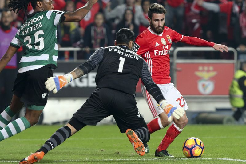 Benfica vs Sporting • Benfica's Rafa Silva (R) fights for the ball with Sporting Ruben Semedo (L) and the goal keeper Rui Patricio during the Portuguese First League Soccer match at Luz Stadium in Lisbon, Portugal 11 of December 2016. MIGUEL A. LOPES/LUSA • © 2016 LUSA - Agência de Notícias de Portugal, S.A.