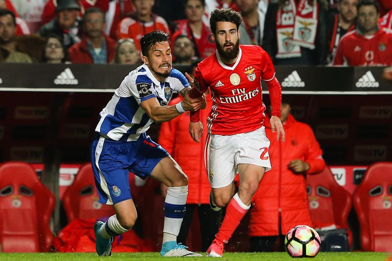 Benfica vs FC Porto • Benfica's Rafa Silva (R) in action with FC Porto's Alex Telles during their Portuguese First League soccer match at Luz Stadium, in Lisbon, Portugal, 1 April 2017. MIGUEL A. LOPES/LUSA  • MIGUEL A. LOPES/LUSA