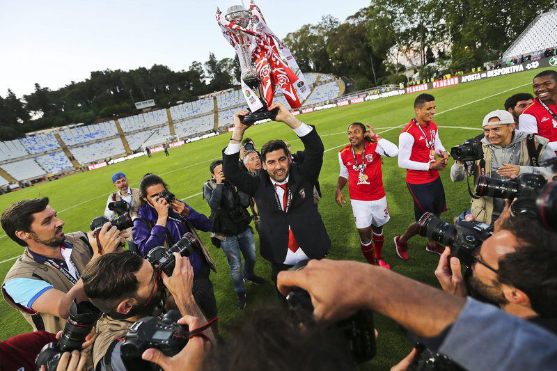 FC Porto vs SC Braga • epa05323981 SC Braga's head coach Paulo Fonseca (C) celebrates with the trophy after the Portuguese Cup final between FC Porto and SC Braga at Jamor Stadium in Oeiras, near Lisbon, Portugal, 22 May 2016. Braga won 4-2 on penalties.  EPA/JOSE SENA GOULAO • Lusa
