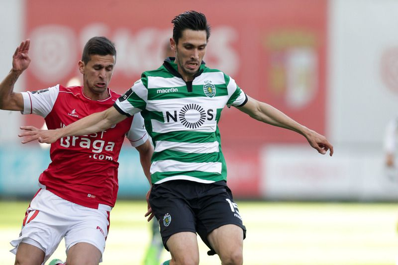 Sporting de Braga vs Sporting • Sporting de Braga\'s Rui Fonte (L) in action against Sporting`s Paulo Oliveira during their Portuguese First League soccer match, held at Braga Municipal stadium, Braga, Portugal, 30 April 2017. JOSE COELHO/LUSA • © 2017 LUSA - Agência de Notícias de Portugal, S.A. • LUSA