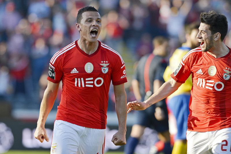 Lima bisa em Arouca • Benfica's player Lima (L) celebrate with his team mate Pizzi (R) after score the second goal against Arouca during the Portuguese First League soccer match held at Municipal de Arouca stadium in Arouca, Portugal, 08 March 2015.  • OCTAVIO PASSOS/LUSA