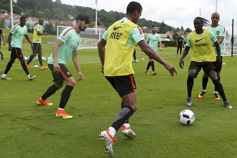 Euro 2016: Portugal National team training • Portugal National soccer team players (L-R) William Carvalho, Danilo Pereira, Andre Gomes, Nani, Rafa, Eder and João Pereira during the training session at the French national rugby team's camp in Marcoussis near Paris to take part on the Euro 2016, 11th June 2016. MIGUEL A. LOPES/LUSA • Lusa