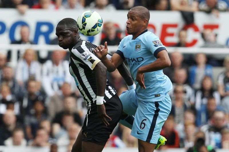 Fernando com a camisola do Manchester City • epa04358066 Newcastle's Moussa Sissoko (L) is tackled by Manchester City's Fernando during their English Premier Lague soccer match at the Sports Direct stadium in Newcastle, Britain 17 August 2014. • EPA/LINDSEY PARNABY