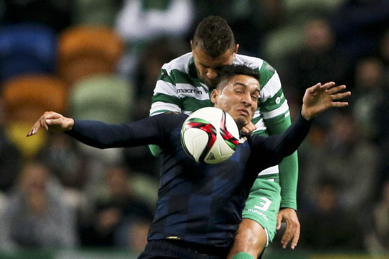 Sporting vs Moreirense • Sporting's player Mauricio (B) vies for the ball against Moreirense's player Cardozo (F) during their Portuguese First League soccer match held at Alvalade stadium in Lisbon, Portugal, 14 December 2014. MIGUEL A, LOPES/LUSA • LUSA