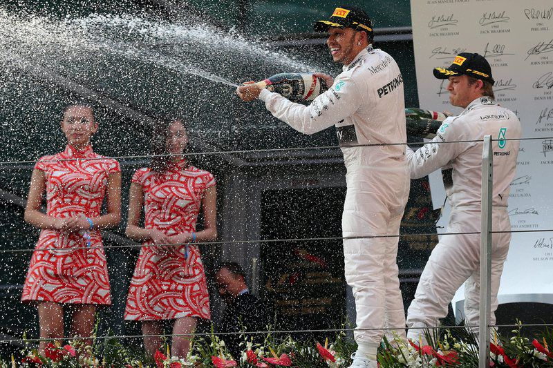 Hamilton e Nico Rosberg nas celebrações • British Formula One driver Lewis Hamilton (C) celebrates with second placed German Formula One driver Nico Rosberg (R) of Mercedes AMG GP after winning the Chinese Formula One Grand Prix at the Shanghai International circuit in Shanghai, China, 12 April 2015.