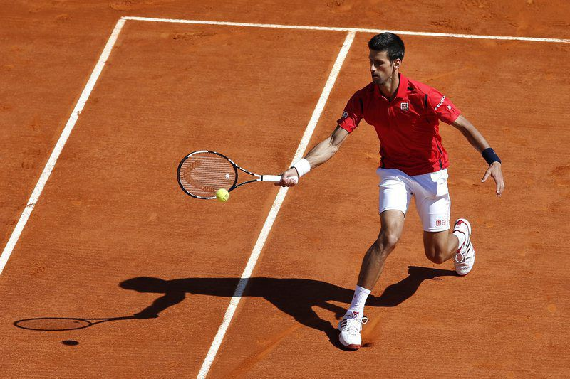 Monte-Carlo Rolex Masters tournament • epa05256982 Novak Djokovic of Serbia returns the ball to Jiri Vesely of Czech Republic during their second round match at the Monte-Carlo Rolex Masters tennis tournament in Roquebrune Cap Martin, France, 13 April 2016.  EPA/SEBASTIEN NOGIER • Lusa