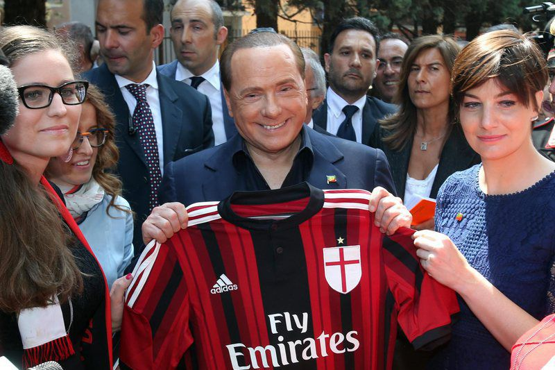 Berlusconi visits female AC Milan • epa04755178 Silvio Berlusconi poses with Ac Milan t-shirt during a visit at female Milan Club in Saronno (Varese), Italy, 18 May 2015.  EPA/MATTEO BAZZI • Lusa