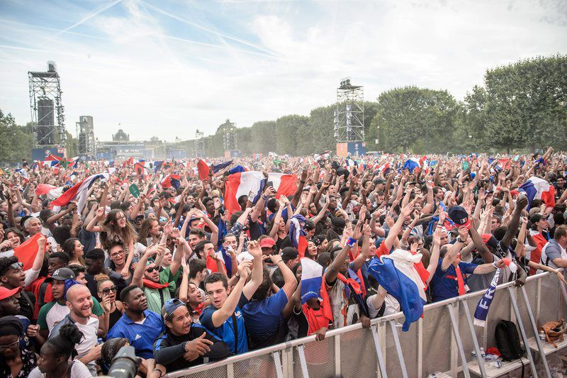 Paris feature • epa05419321 Fans at the fan zone near the Eiffel Tower during the UEFA EURO 2016 final match between Portugal and France in Paris, France, 10 July 2016.  EPA/CHRISTOPHE PETIT TESSON • Lusa