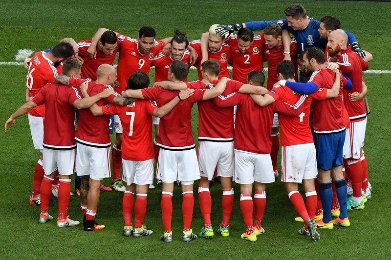 Round of 16 Wales vs Northern Ireland • epa05390634 Player of Wales celebrate at the end of the UEFA EURO 2016 round of 16 match between Wales and Northern Ireland at Parc des Princes in Paris, France, 25 June 2016. Wales won the match.  (RESTRICTIONS APPLY: For editorial news reporting purposes only. Not used for commercial or marketing purposes without prior written approval of UEFA. Images must appear as still images and must not emulate match action video footage. Photographs published in online publications (whether via the Internet or otherwise) shall have an interval of at least 20 seconds between the posting.)  EPA/CHRISTOPHE PETIT TESSON   EDITORIAL USE ONLY • Lusa