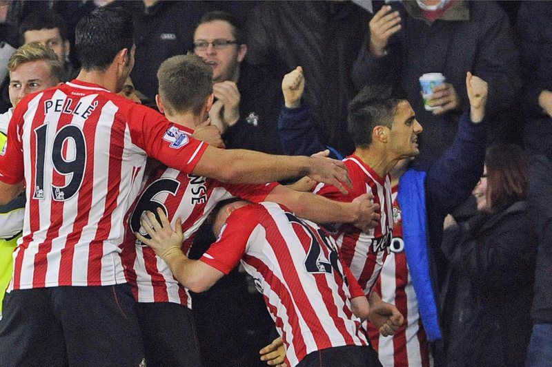 Dusan Tadic celebra o golo do Southampton • Southampton's Dusan Tadic (R) celebrates with his teammates after scoring the 2-0 lead during the English Premier League soccer match between Southampton FC and Arsenal FC in Southampton, Britain, 01 January 2015. Southampton won 2-0.  • EPA/GERRY PENNY