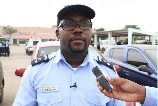 Manifestantes colocam caixão dentro de esquadra em Luanda