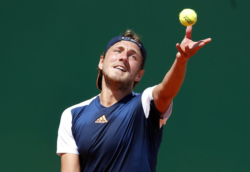 epa05921301 Lucas Pouille of France in action against Albert Ramos-Vinolas of Spain in their semi final match at the Monte-Carlo Rolex Masters tournament in Roquebrune Cap Martin, France, 22 April 2017.  EPA/SEBASTIEN NOGIER