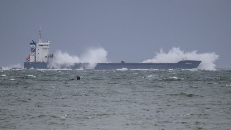 Operações para retirar navio encalhado no Bugio suspensas
