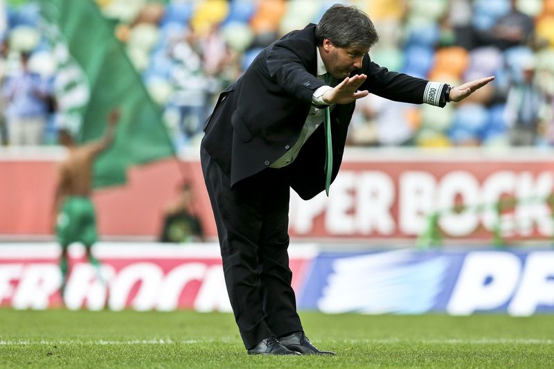 Sporting CP vs Sporting de Braga • The President of Sporting CP Bruno de Carvalho bows before the club's supporters at the end of their Portuguese First League match against Sporting de Braga held at Alvalade Stadium in Lisbon, Portugal, 17 May 2015. Sporting CP won 4-1. JOSE SENA GOULAO/LUSA • LUSA