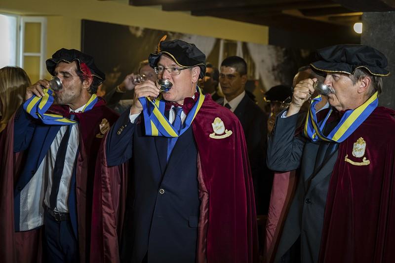 Resultado de imagem para Príncipe Alberto II do Mónaco entronizado confrade sugere mostrar o vinho Madeira ao mundo