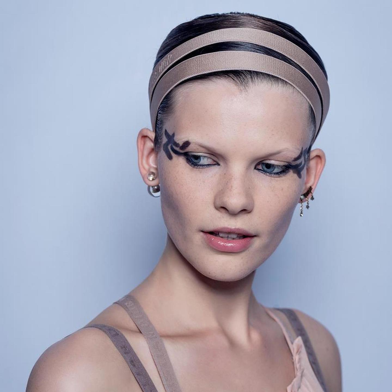 72a2612585414 Dior  Olhos gráficos e tez natural na Beleza do desfile em Paris ...