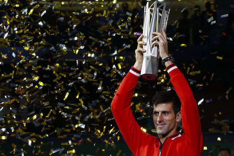 Shanghai Tennis Masters • epa04982221 Novak Djokovic of Serbia holds the championship trophy after winning against Jo-Wilfried Tsonga of France in men's singles final match of the Shanghai Tennis Masters at the Qi Zhong Tennis Center in Shanghai, China, 18 October 2015.  EPA/ROLEX DELA PENA • Lusa