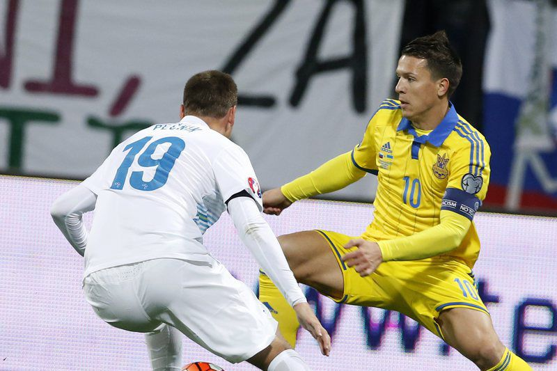Andriy Yarmolenko (D) marcou o golo dos ucranianos • epa05030222 Ukraine's Andriy Yarmolenko (R) in action against Slovenia's Dominic Maroh (L) during the play-off qualification soccer match for UEFA EURO 2016 between Slovenia and Ukraine in Maribor, Slovenia, 17 November 2015. • EPA/ANTONIO BAT