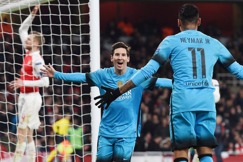 Messi celebra o golo ao Arsenal • epa05177434 Barcelona's Lionel Messi (C) celebrates after scoring the 0-1 goal during the UEFA Champions League Round of 16 first leg soccer match between Arsenal and Barcelona at the Emirates Stadium in London, Britain, 23 February 2016.  • EPA/ANDY RAIN
