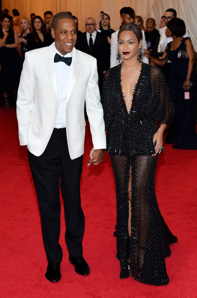 epa04192893 US singer Beyonce Knowles (R) and US singer Jay Z (L) arrive for the 2014 Anna Wintour Costume Center Gala held at the New York Metropolitan Museum of Art in New York, New York, USA, 05 May 2014. The Costume Institute's new Anna Wintour Costume Center opens on 08 May with the exhibition 'Charles James: Beyond Fashion.'  EPA/JUSTIN LANE
