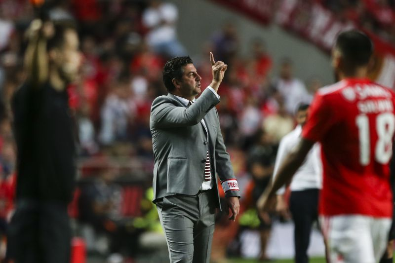 Rui Vitória dá indicações durante o Benfica - FC Porto  EPA MANUEL DE  ALMEIDA © 2018 LUSA - Agência de Notícias de Portugal 1b65b15be81b1