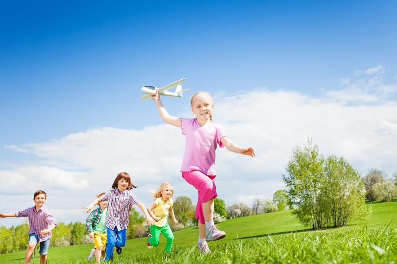 Resultado de imagem para crianças a rir e saltar