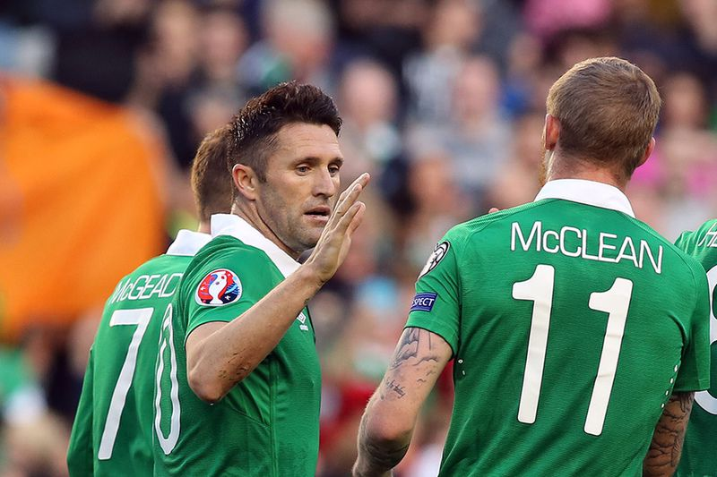Robbie Keane em destaque no jogo de apuramento • IRELAND, Dublin : Republic of Ireland's striker Robbie Keane (4th R) celebrates after scoring his team's third goal from a penalty during a UEFA 2016 European Championship qualifing football match between the republic of Ireland and Gibraltar at the Aviva Stadium in Dublin, Ireland on October 11, 2014.  • AFP PHOTO / PAUL FAITH