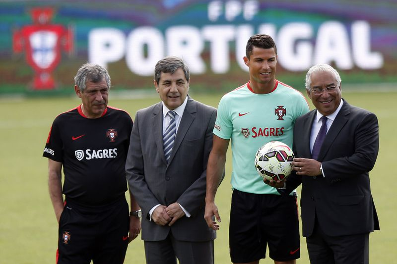 fab52a036df9acc514ec83edf738ef9f96a38d26.jpg • Portuguese Prime Minister Antonio Costa (R) posing with (right to left) Cristiano Ronaldo, Fernando Gomes, president of the Portuguese Football Federation (FPF), and Portuguese national team head coach, Fernando Santos, during a brief encounter with the national soccer team at Oeiras in the outskirts of Lisbon, Portugal, 6th June 2016. TIAGO PETINGA/LUSA • © 2016 LUSA - Agência de Notícias de Portugal, S.A.