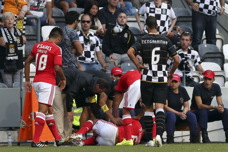 Ruben Amorim lesionou-se no Bessa • Benfica's Ruben Amorim is assisted after suffering a injury during the First League soccer match against Boavista held at Bessa stadium in Porto, Portugal, 24 August 2014. JOSE COELHO/LUSA • JOSE COELHO/LUSA
