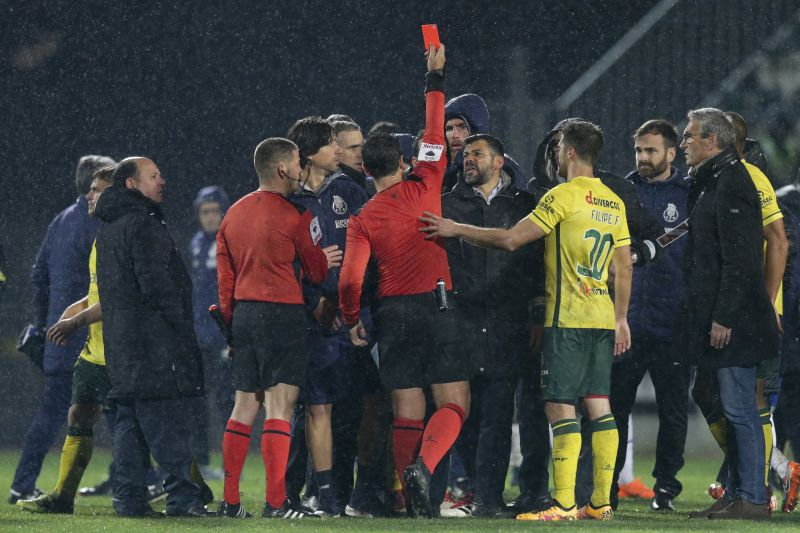 epa06597009 The referee Bruno Paixao shows a red card to FC Porto's Jose Sa (7-R) during the Portuguese First League soccer match between Pacos de Ferreira and FC Porto, held at Mata Real stadium, Pacos de Ferreira, Portugal, 11 March 2018.  EPA/JOSÉ COELHO