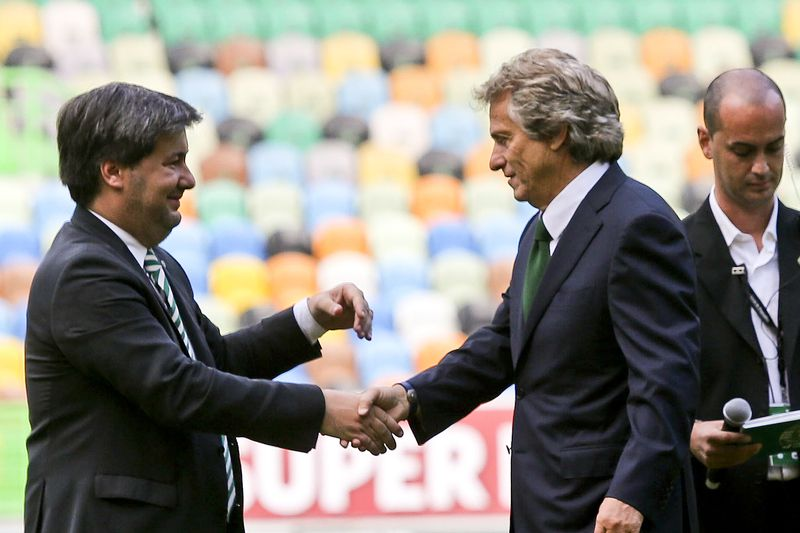Official presentation of Jorge Jesus as Sporting head coach • Jorge Jesus (C), is greeted by Sporting president, Bruno de Carvalho (L), during his presentation to Sporting fans as the team new official head coach for the next three seasons at Alvaladade Stadium, Lisbon, Portugal, 1 July 2015. MIGUEL A. LOPES/LUSA • © 2015
