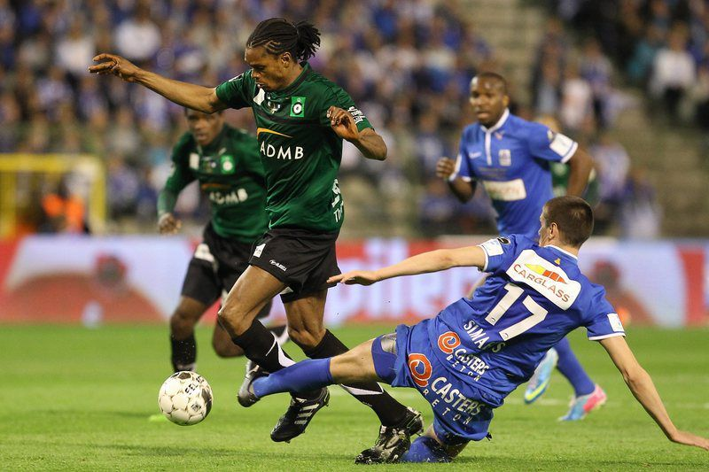 Michael Uchebo enquanto jogador do Brugges • Cercle Brugge's Michael Uchebo (L) and Genk's Jeroen Simaeys (R) fight for the ball during the Belgian Cofidis Cup Final match between Cercle Brugge and KRC Genk at the King Baudouin stadium in Brussels, Belgium, 09 May 2013. • EPA/JULIEN WARNAND