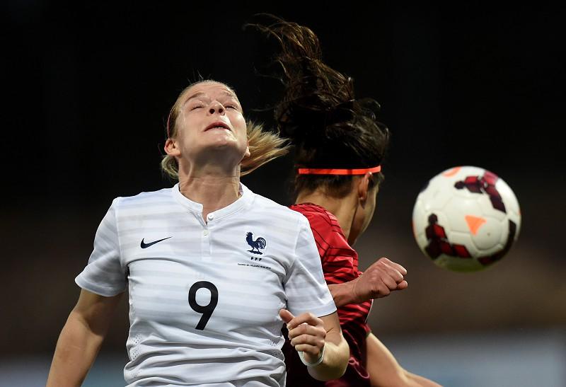 Risco de danos cerebrais por cabecear bolas de futebol é cinco vezes maior nas mulheres