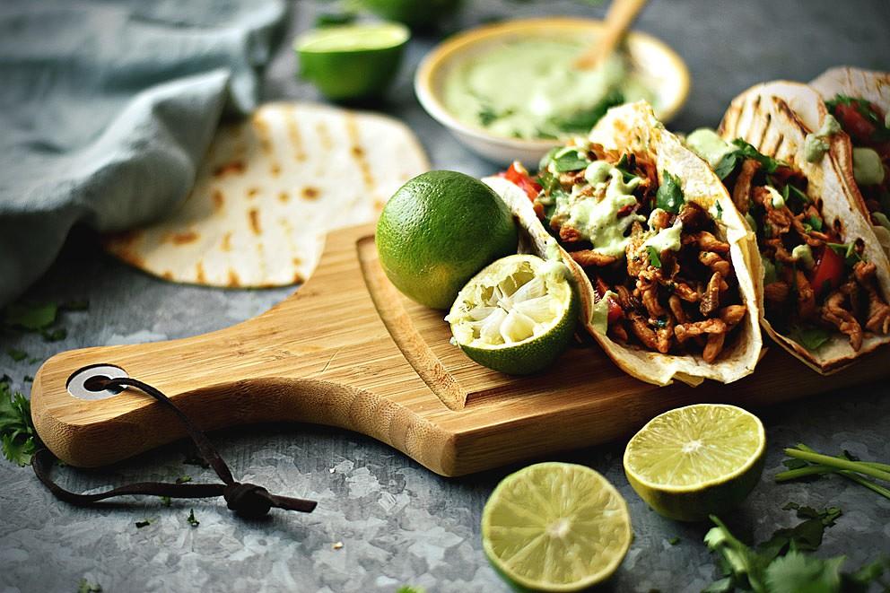 Tacos de frango e cogumelos com molho de abacate e lima