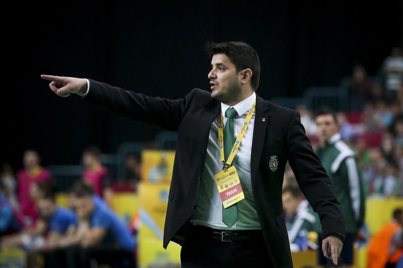 UEFA Futsal Cup: Dina Moskva vs Sporting • Sporting's coach Nuno Dias reacts during the UEFA Futsal Cup third-place play-off against Dina Moskva at Meo Arena in Lisbon, Portugal, 26 April 2015. MARIO CRUZ/LUSA • Lusa