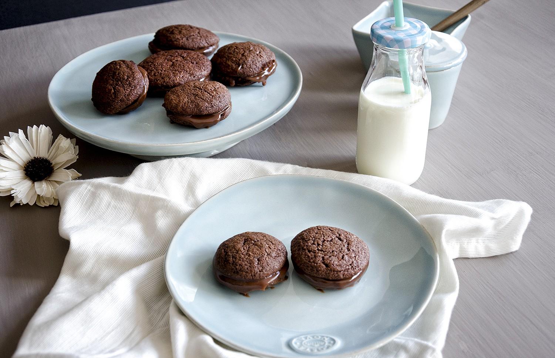 Bolachas de chocolate negro com creme de chocolate de leite