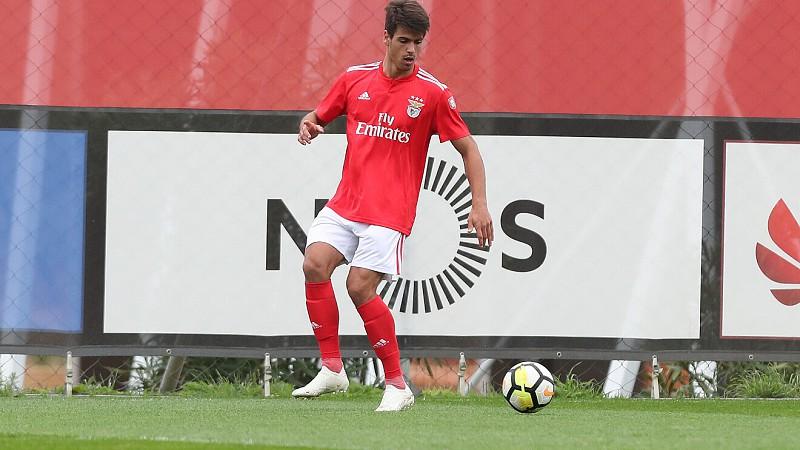 Defesa dos sub-23 do Benfica em observação após sofrer um traumatismo  craniano 0fe04b09cfde3