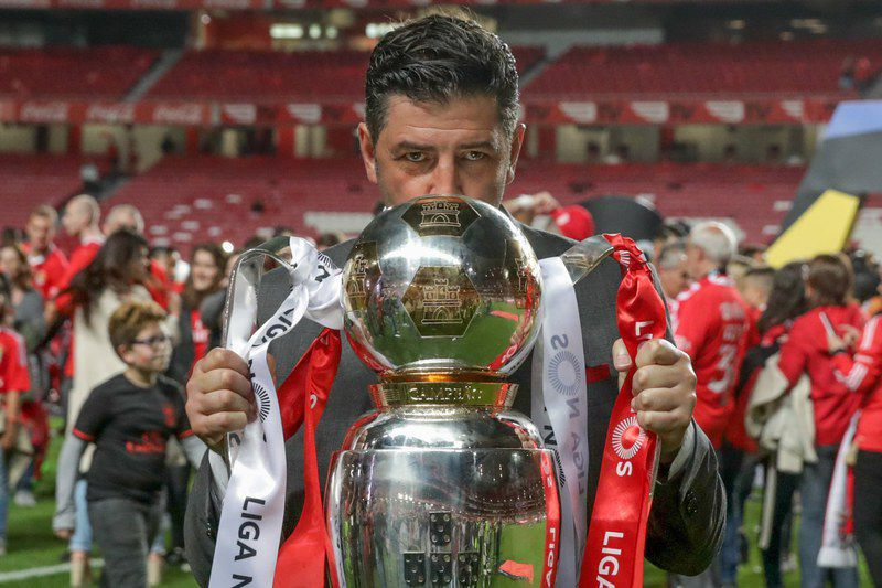 Rui Vitória com a Taça de Tetracampeão • epa05962271 Benfica's headcoach Rui Vitoria celebrates with the trophy their championship title after the Portuguese First League soccer match between Benfica Lisbon and Vitoria Guimaraes at Luz stadium in Lisbon, Portugal, 13 May 2017.  • EPA/ANTONIO COTRIM