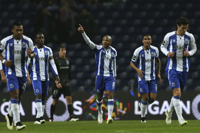 FC Porto - V. de Guimarães • FC Porto's Yacine Brahimi (C) and his teammates celebrate after scoring a goal against Vitoria de Guimaraes during the Portuguese First League soccer match held at Dragao stadium in Porto, Portugal, 13 February 2015. ESTELA SILVA/LUSA • LUSA