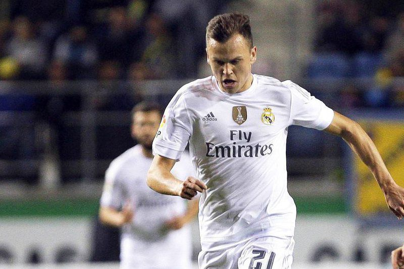 Real Madrid out of Spanish Cup due to ineligible player • epa05054513 (FILE) A file picture dated 02 December 2015 of Real Madrid's Russian player Denis Cheryshev (L) in action against Sergio Martinez Mantecon (R) of Cadiz FC during the Spanish King's Cup fourth round match at Ramon de Carranza stadium in Cadiz, Spain. Real Madrid have been expelled from the Spanish Cup for fielding an ineligible player, media reports citing the Spanish football federation (FEF) said on 04 December 2015. Denis Cheryshev played in Real's 3-1 win at third division Cadiz despite being suspended for one match in the competition for having picked up three yellow cards in the cup last season when on loan at Villarreal.  EPA/RAMON RIOS • Lusa