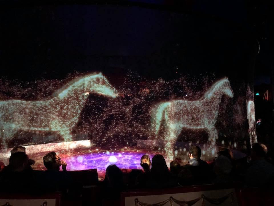 Este circo substituiu animais selvagens por hologramas e o resultado é surpreendente