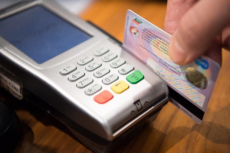 Resultado de imagem para Como poupar dinheiro através de um cartão de crédito?
