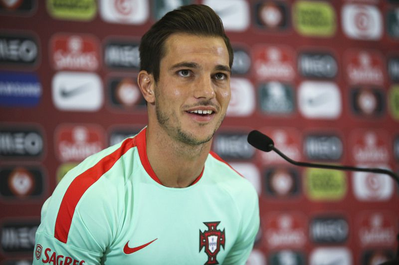 Euro 2016: Portugal National team press conference • Portugal National team soccer player Cedric Soares speaks during the press conference at the French national rugby team's camp in Marcoussis near Paris to take part on the Euro 2016, 10th June 2016. MIGUEL A. LOPES/LUSA • Lusa