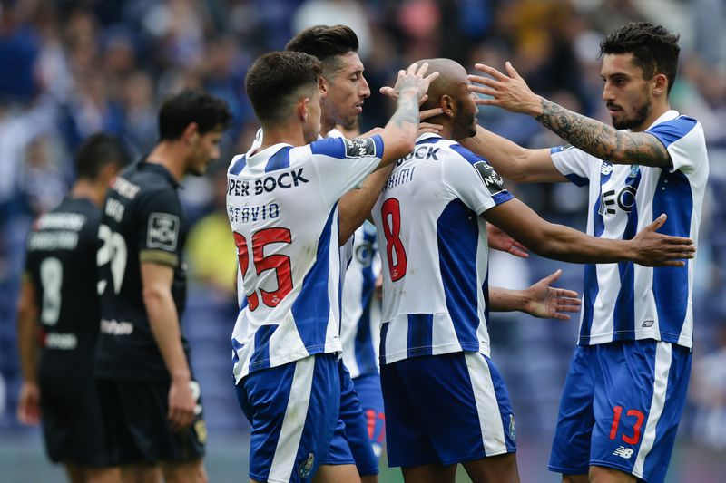 Herrera (E) celebra com os colegas o golo do FC Porto • FC Porto's player Héctor Herrera (L) scores a goal against Paços de Ferreira during the Portuguese First League soccer match held at Dragao stadium in Porto, Portugal, 14 may 2017.  • ESTELA SILVA/LUSA